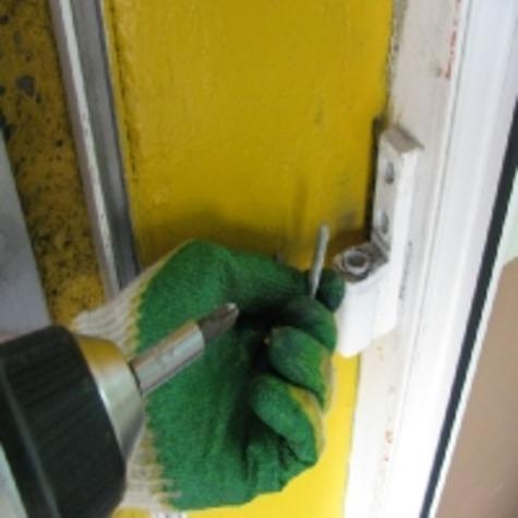 Ремонт петель пластиковых дверей